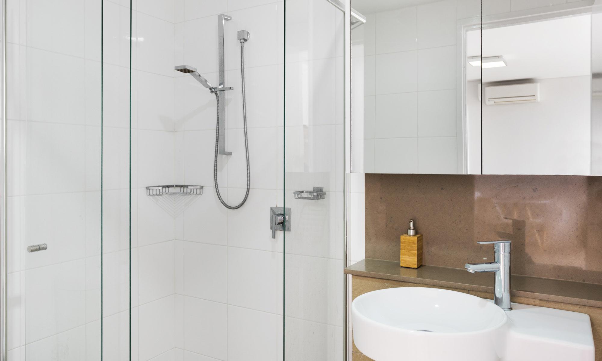 Gold Coast real estate for rent Regatta 617 bathroom