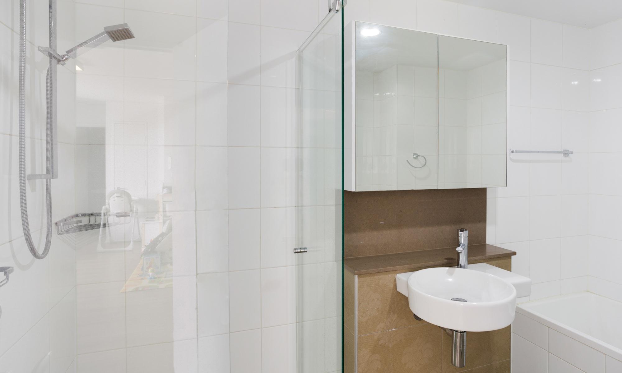 Gold Coast real estate for rent Regatta 617 shared bathroom