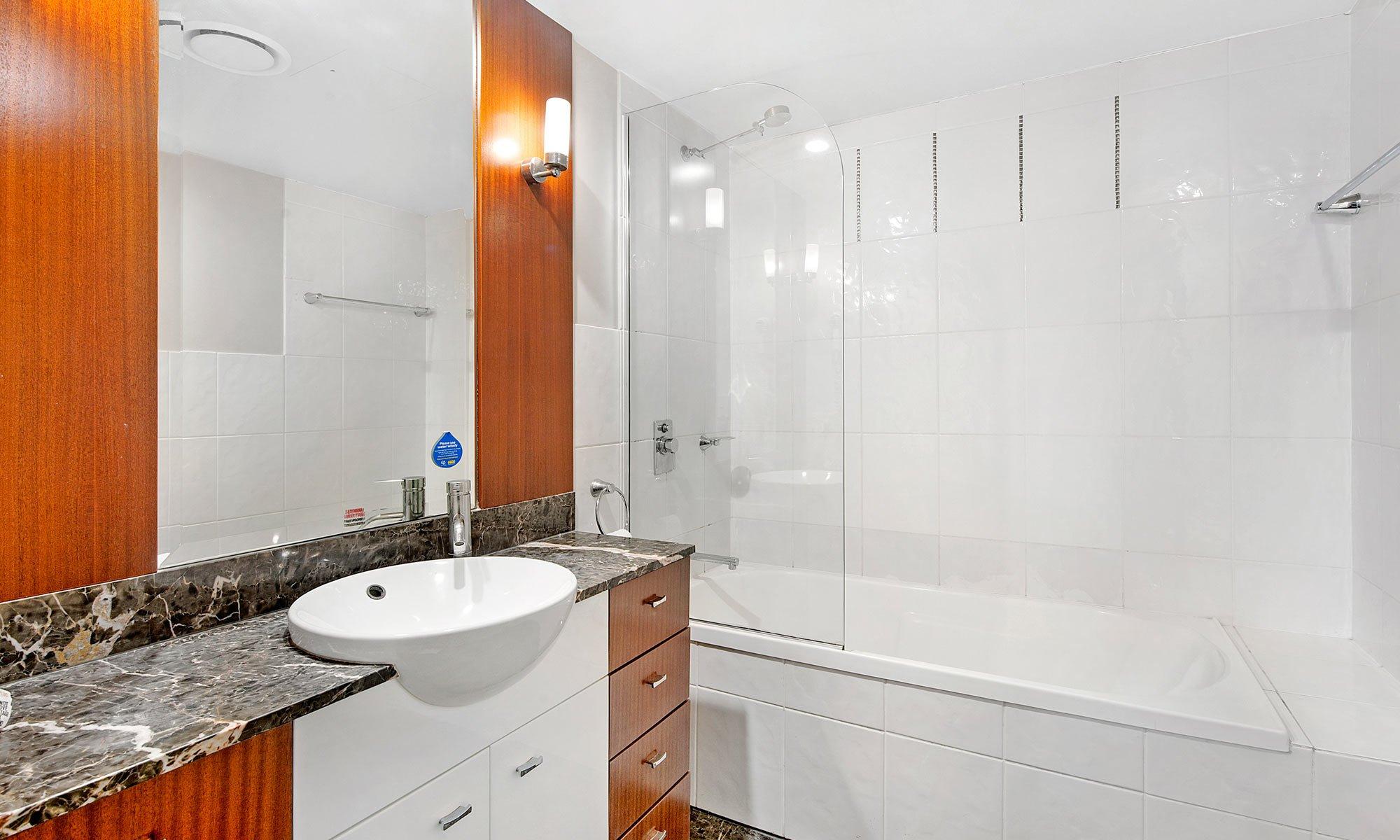 Gold Coast real estate for sale Chevron Renaissance 3073 second bathroom
